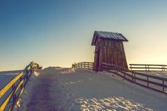 Cottage di legno nell'inverno Fotografia Stock
