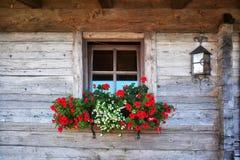 Cottage di legno nelle montagne delle alpi Immagini Stock