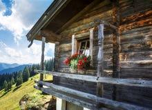 Cottage di legno nelle montagne delle alpi Fotografie Stock