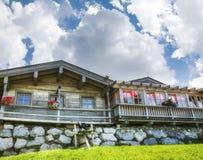 Cottage di legno nelle montagne delle alpi Immagini Stock Libere da Diritti