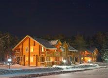 Cottage di legno sotto cielo notturno Fotografia Stock Libera da Diritti