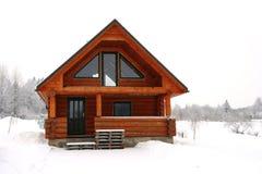 Cottage di legno in un posto nevoso fotografia stock libera da diritti