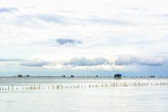 Cottage di pesca del paesaggio in mare Fotografie Stock