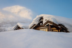 Cottage di Snowy in montagne Fotografia Stock