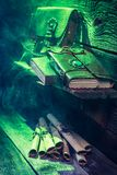 Cottage di Witcher con luce verde ed i libri per Halloween Fotografia Stock Libera da Diritti