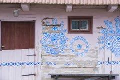Cottage dipinto in Zalipie, Polonia Fotografia Stock Libera da Diritti