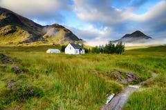Cottage a distanza della montagna Immagine Stock