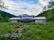 Cottage distrutto nelle montagne georgiane Fotografie Stock Libere da Diritti