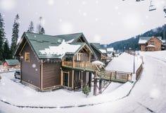 Cottage en bois confortable dans la station de sports d'hiver Images libres de droits