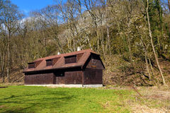 Cottage en bois dans la forêt Images stock