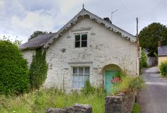 Cottage envahi, Angleterre Photographie stock