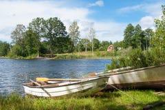 Cottage et environnement en bois rouges Images libres de droits