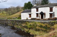 Cottage et rivière de Yorkshire Images libres de droits