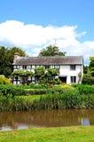 Cottage et rivière boisés, Eardisland Photographie stock libre de droits