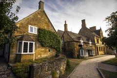 Cottage graziosi lungo la via principale, Broadway, Cotswolds, Worcestershire, Inghilterra, Regno Unito, Europa occidentale Fotografia Stock Libera da Diritti
