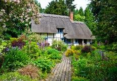 Cottage inglese del villaggio immagine stock