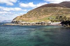 Cottage irlandais par la mer Image libre de droits