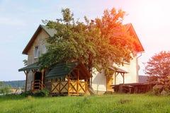 Cottage moderno con il portico e la veranda al sole Immagini Stock Libere da Diritti