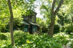 Cottage nascosto in legno sull'isola di Toronto fotografie stock libere da diritti