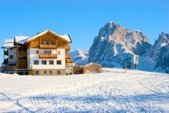 Cottage nelle alpi italiane Immagini Stock