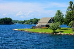 Cottage nelle mille isole durante l'estate lungo il confine del Canada U.S.A. fotografie stock libere da diritti