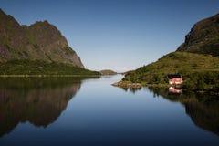 Cottage par un lac Image libre de droits