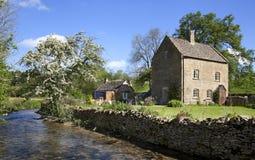 Cottage par une rivière Photo libre de droits