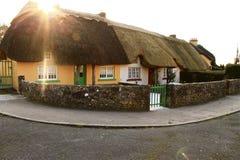 Cottage ricoperti di paglia nella campagna irlandese Fotografia Stock