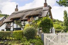Cottage ricoperto di paglia in bianco e nero in Cheshire Countryside vicino al bordo di Alderley Immagini Stock