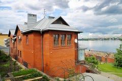 Cottage rosso sopra il fiume Fotografie Stock Libere da Diritti