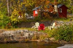 Cottage rosso sulla riva rocciosa Immagine Stock Libera da Diritti