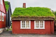 Cottage rosso tipico su isole faroe fotografia stock