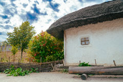 Cottage rural ukrainien traditionnel antique avec un toit de paille Image stock