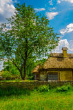 Cottage rurale ucraino tradizionale antico con la a Immagine Stock Libera da Diritti