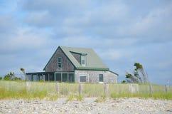 Cottage solitaire d'été sur la plage de Duxbury Photographie stock