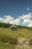 Cottage solo alla montagna Serbia di Golija Immagine Stock