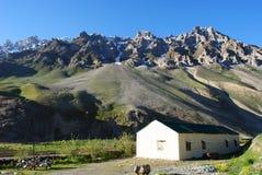 Cottage solo nel paesaggio della montagna di Ladakh Immagine Stock