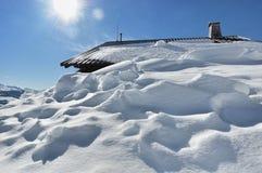 Cottage sotto neve Fotografia Stock