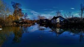 Cottage sul fiume fotografia stock libera da diritti