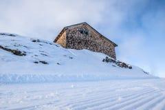 Cottage sulla cima di una montagna nelle alpi Fotografia Stock