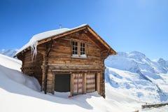 Cottage sur la montagne de neige photographie stock