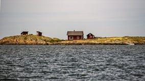 Cottage svedesi fuori dalla costa svedese in Varberg Fotografie Stock