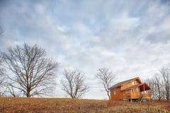 Cottage unifamiliare di legno contemporaneo sul lago Fotografia Stock Libera da Diritti