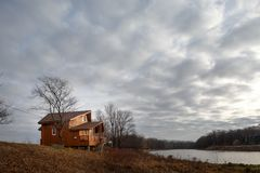 Cottage unifamiliare di legno contemporaneo sul lago immagini stock libere da diritti