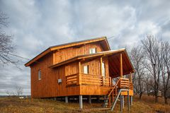 Cottage unifamiliare di legno contemporaneo sul lago Immagini Stock