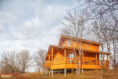 Cottage unifamiliare di legno contemporaneo sul lago fotografia stock