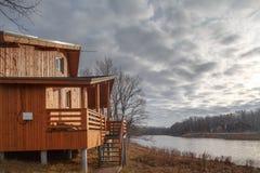 Cottage unifamiliare di legno contemporaneo sul lago fotografie stock
