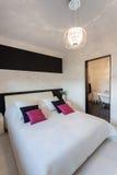 Cottage vibrant - chambre à coucher contemporaine images libres de droits