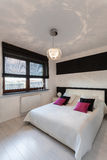 Chambre à coucher blanche et noire de cottage vibrant - Image stock