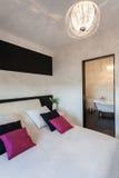 Cottage vibrant - chambre à coucher et salle de bains photos libres de droits
